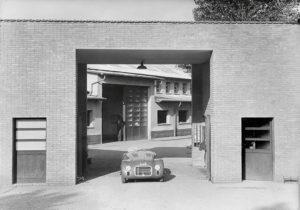 La 125 S e posizionata all'entrata della fabbrica Ferrari.