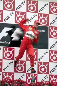 Esultanza di Schumacher sul podio del GP del Giappone. Con questa vittoria si aggiudico il Titolo Mondiale Piloti 2000.