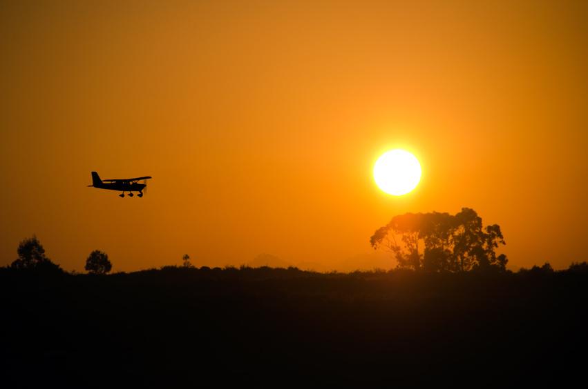 Avioneta y puesta de sol